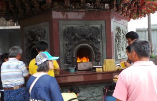 Sacrificing Money at Dali Temple