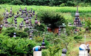 Sculptures mad of old ceramic pots
