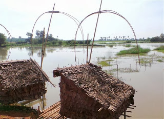 Fishing shelters on the way to Saddar Cave